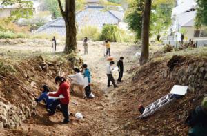 図2:旧葛生町(くずうまち)での実習風景(江戸時代後期の石灰焼成窯)