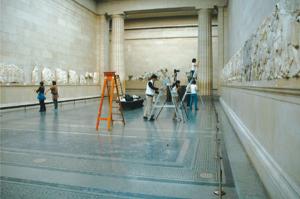 図1:ロンドン、大英博物館、パルテノン彫刻展示室における調査 2008 年(長田撮影)