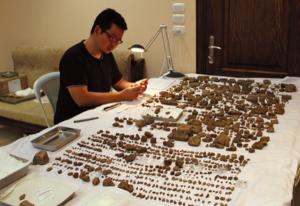 図2:柴田准教授 粘土板復元作業 シリア ハッサケ(2010)