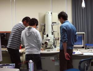 図2:細胞の構造把握に欠かせない電子顕微鏡を使った実験の様子
